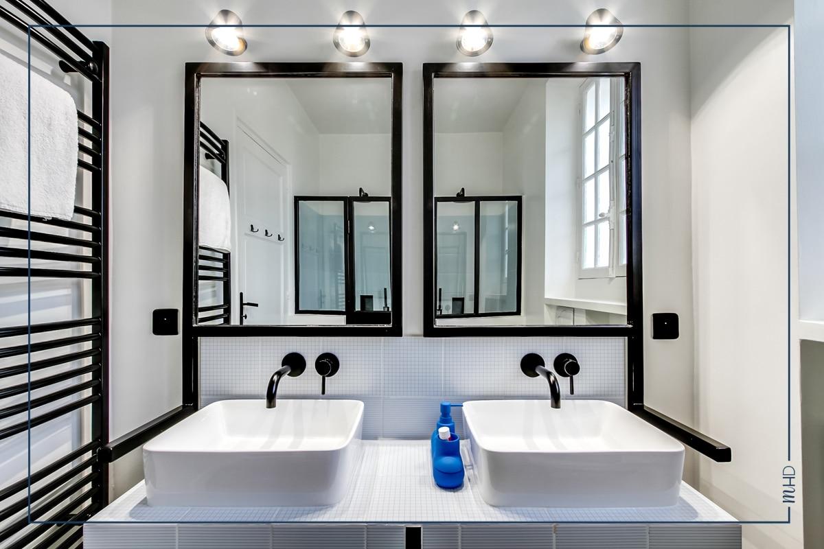 Une salle de bains esprit atelier myhomedesign arth me - Meuble de salle de bain style retro ...