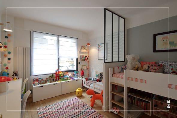 L'objectif de la chambre d'enfants était d'avoir 2 zones de couchage indépendantes avec un coin fille et un coin garçon. Un grand espace bureau pour le travail et le jeu, mais aussi un espace au sol confortable pour s'amuser dans la chambre. Mission accomplie, le résultat est une chambre douce et confortable, propice au repos et au jeu.