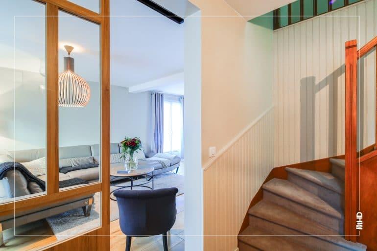 Un bel escalier modernisé avec des peintures qui ont été sélectionnées dans un camaïeu de taupe, grège… pour une jolie cohésion dans l'ensemble de la maison.