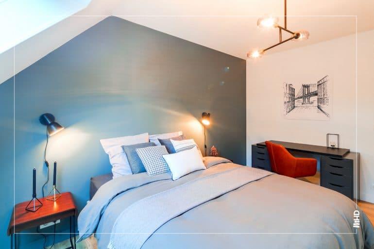 Cette chambre est conçue comme celle d'un hôtel, les couleurs, matériaux sont nobles et chic. Elle est simple, optimisée et chaleureuse.