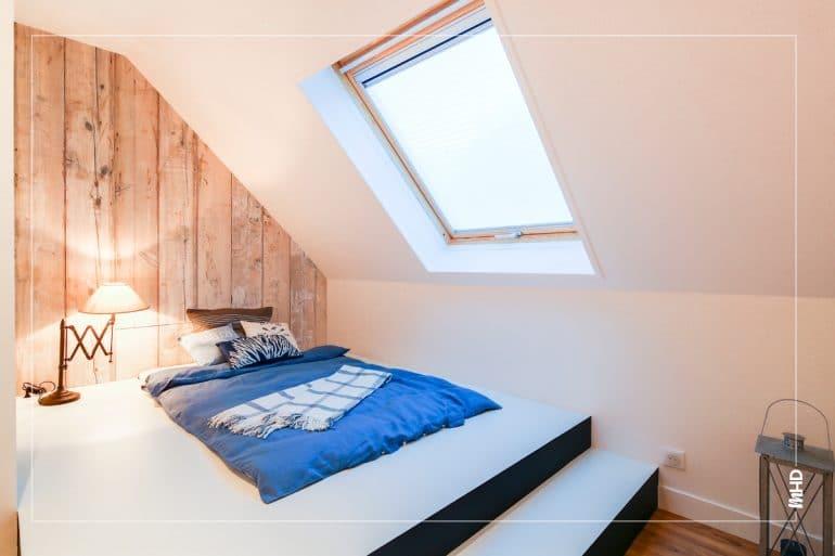Une belle lumière et un air marin à la campagne : ici une estrade sur mesure avec un lit intégré permet à cette petite chambre d'être mieux optimisée