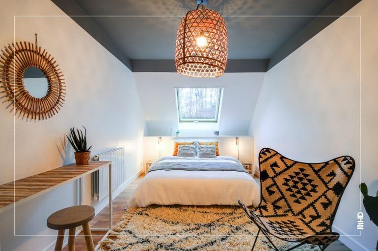 Une belle lumière sublimée par la peinture grise Arum de ressources pour apporter de la profondeur et un effet cosy à la pièce.Un air ethnic à la campagne : Bien dans l'ère du temps, le style néo ethnic est bien représenté ici.