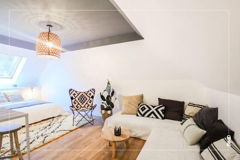 Zoom sur le canapé d'angle de la chambre néo-ethnic: un mélange de matière et de couleur qui apporte de la chaleur à cette belle et grande pièce.