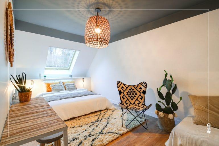 Zoom chambre néo ethnic: de beaux accessoires pour sublimer cette pièce. Un grand cactus, une belle assise ... toujours des bonnes idées avec myHomeDesign.