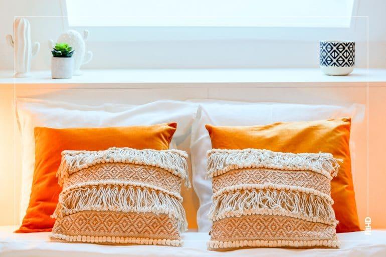 Zoom sur les coussins: taie d'oreillers en lin lavé orange Alinea, de la couleur avec myHomeDesign.