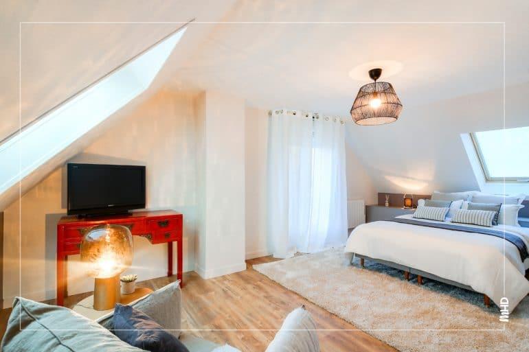 myHomeDesign a su donner un bel équilibre à cette pièce qui a deux espaces: un coin coconing salon et une espace chambre. Une belle optimisation de l'espace: coconing & chaleureux.