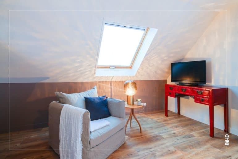 Zoom sur le coin télé: une jolie console rouge avec un fauteuil confortable, my home design pense à tout !