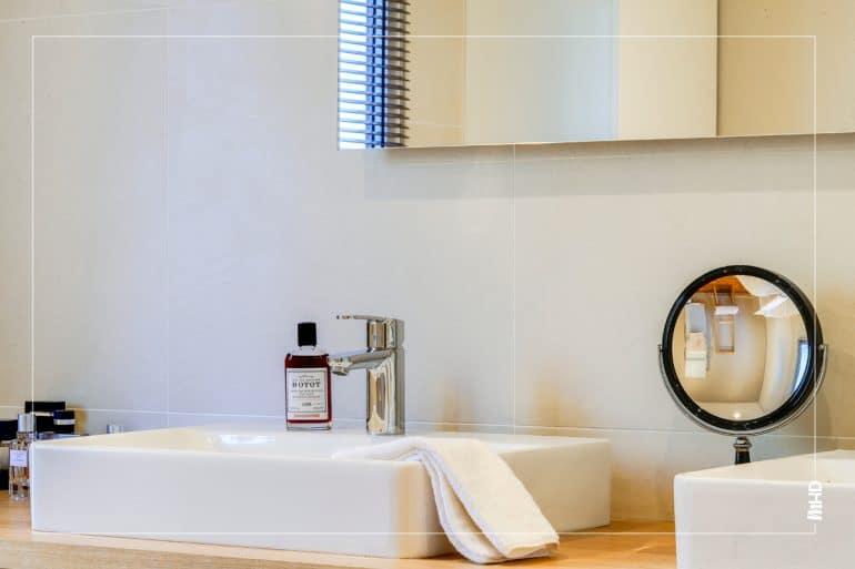 Zoom dans la cuisine: on observe une des deux vasques