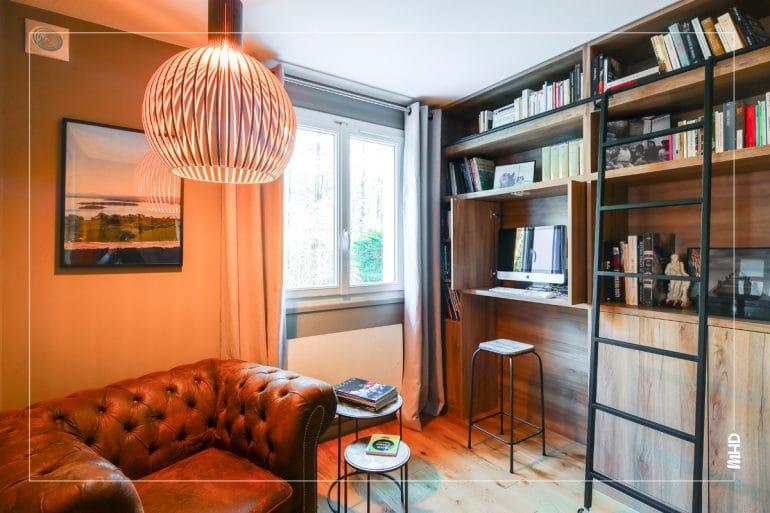 Cette ancienne chambre a été repensée en fumoir/ bibliothèque, la bibliothèque et son échelle dessinées et réalisées sur mesure épouse entièrement le mur. Les fauteuils Chesterfield plongent bien la pièce dans une ambiance de fumoir anglais.