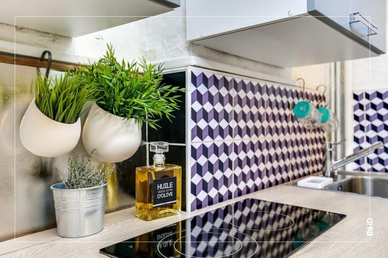Zoom sur le carrelage mural de la cuisine, chaque mètre carré sont optimisé et sublimé avec le choix des couleurs et carrelage.