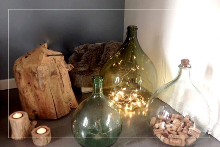 Décoration et détails bois, transparence et guirlande lumineuse.