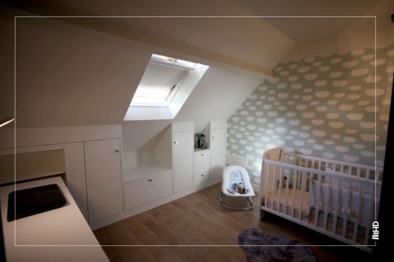 Une chambre pour enfant sous les toits pour un esprit cocooning. De nombreux rangements permis grâce à une optimisation de l'espace parfaitement gérée.