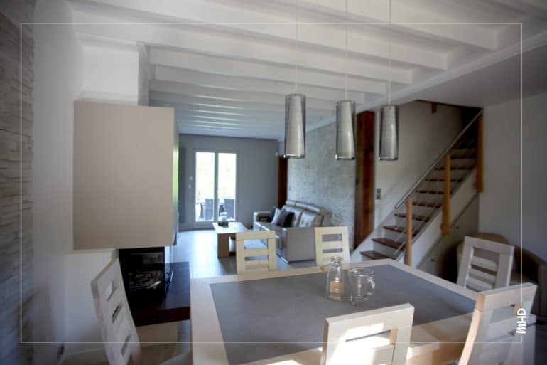 Une salle à manger dans les mêmes tons que le salon pour une pièce homogène toujours dans un style chic et épuré.