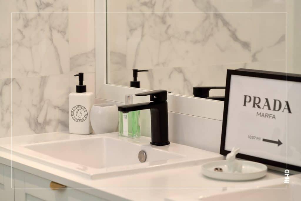Du noir et blanc pour une salle de bain