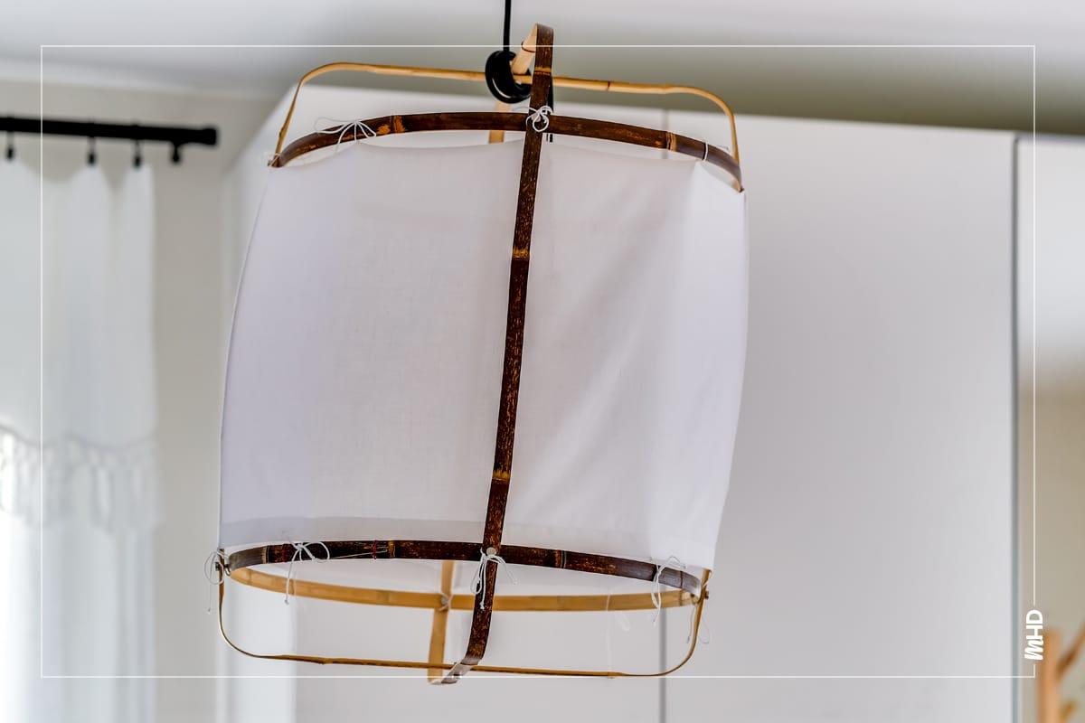 Gros plan sur une suspension en bambou et coton tissé blanc