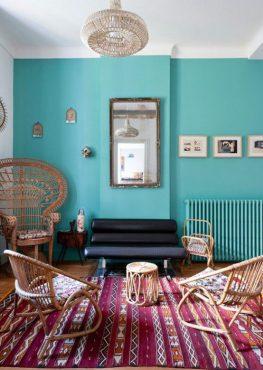 mur-turquoise-tapis-motifs-mobilier-rotin-look-rétro