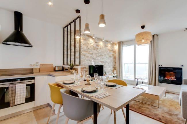 Cuisine ouverte avec table de repas intégrée