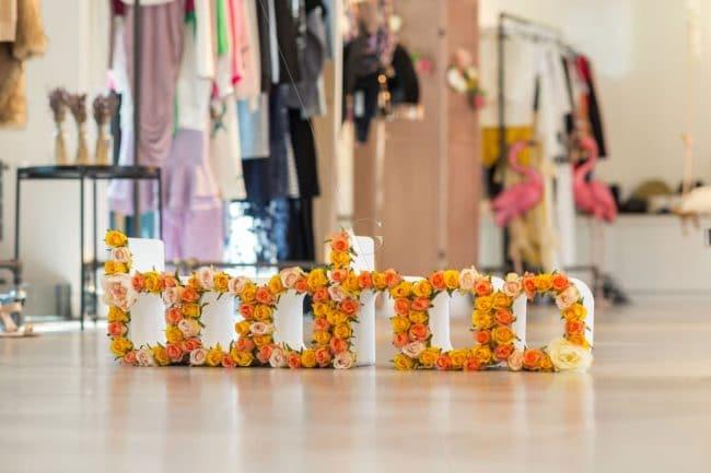 Logo Boohoo piqué de fleurs