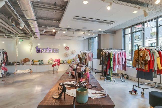 Showroom parisien Boohoo - table accessoires mode