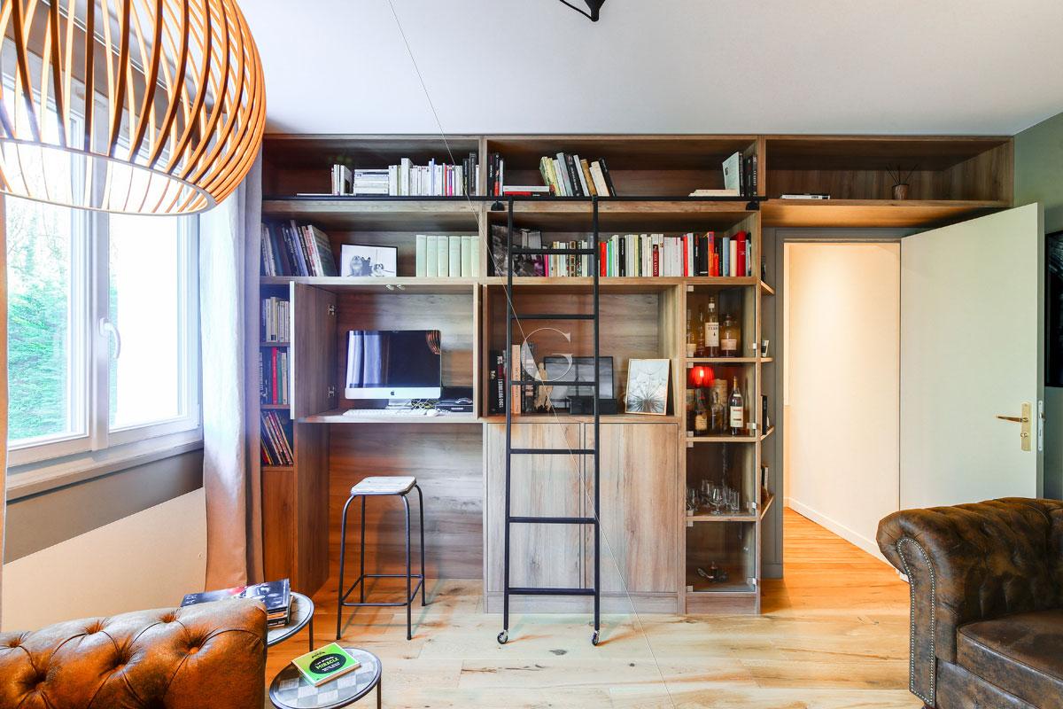 Bureau intégré dans bibliothèque sur mesure - Réalisation Atelier Germain