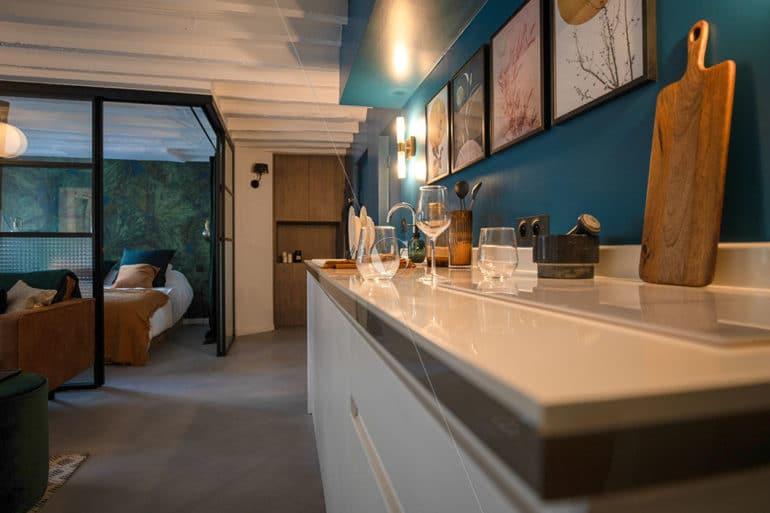 BER23-zoom-cuisine-ouverte-sur-la-pièce-à-vivre-vue-sur-la-chambre-parentale-avec-verrière