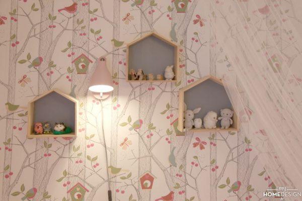 1080x720_ber15_chambre-camille_papier-peint-emma_etageres-case-ampm_applique-wallfoot-smallable_ciel-de-lit-maisons-du-monde