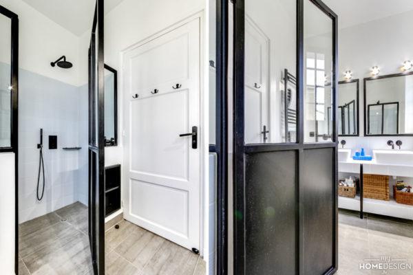 1080x720_LER05_une salle de bains esprit atelier_porte_pare douche verriere